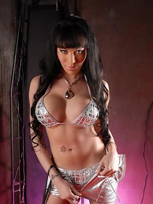 Kinky Dominatrax Mia Isabella posing her flawless body